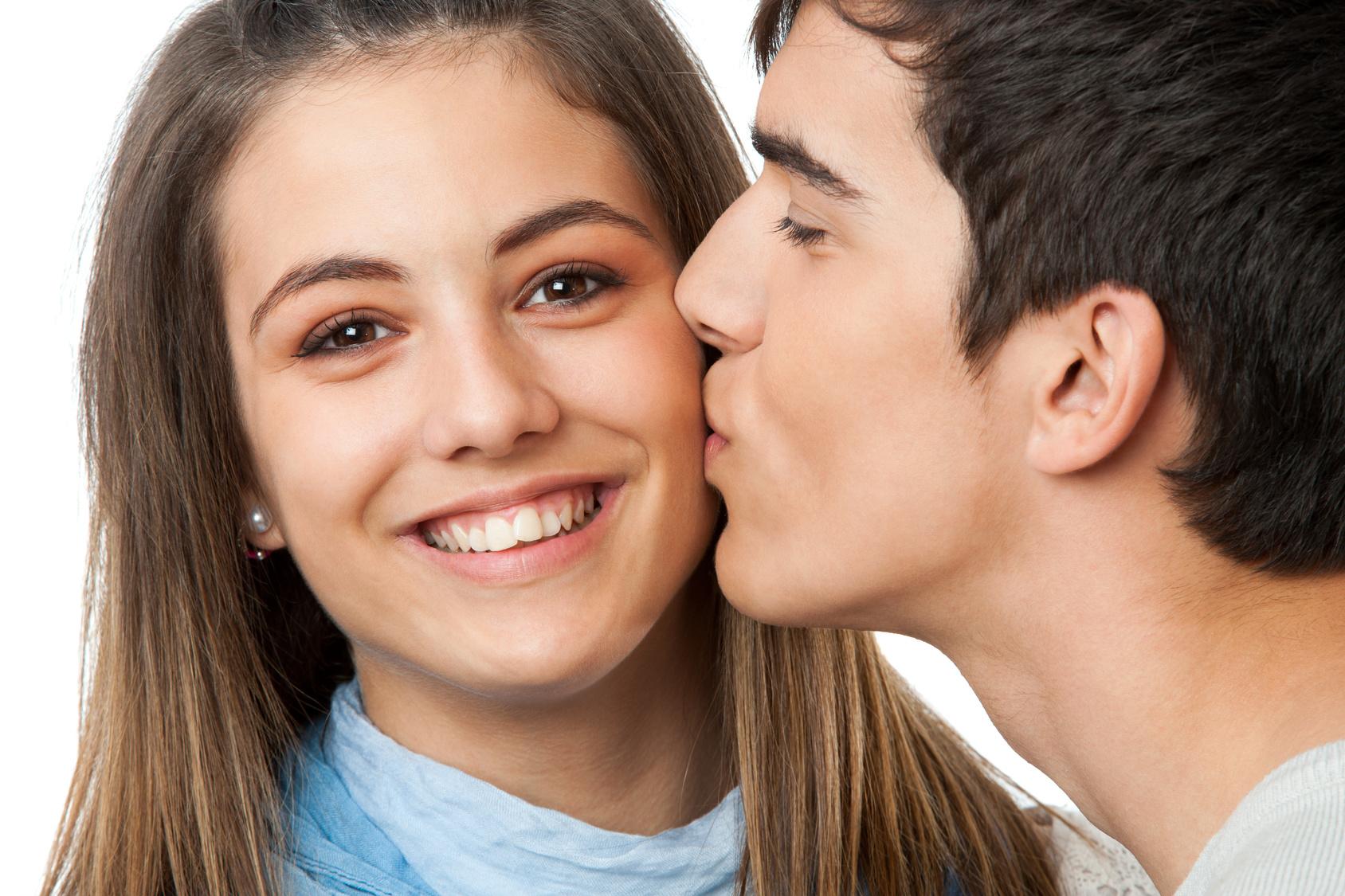 Зачем парни целуют девушек